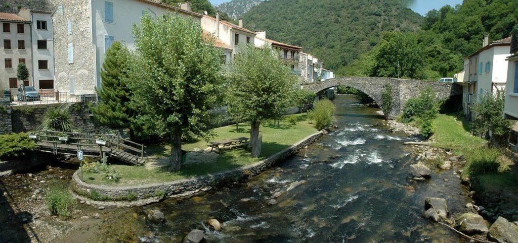 Floden, Aude, med en lille ø og den gamle romerske bro